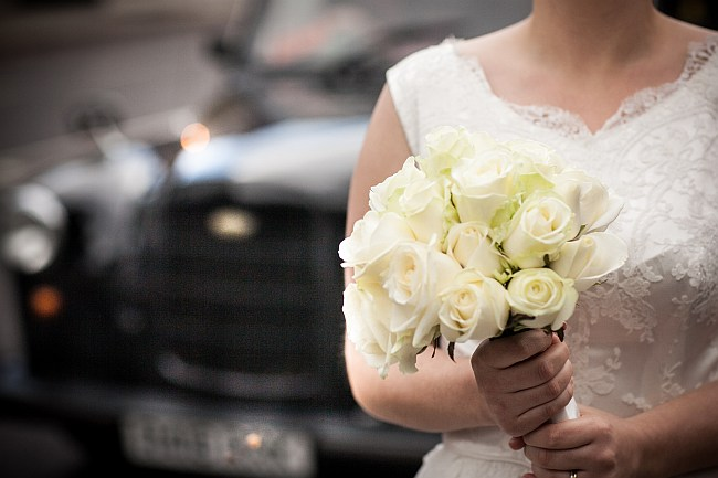mat-smith-photography-london-wedding-taxi-flowers-claire